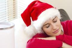 La fille mignonne est attente de sommeil pour Santa Images libres de droits
