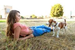 La fille mignonne joue avec son chien en parc Images libres de droits