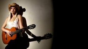 La fille mignonne joue sur la guitare acoustique avec lumineux banque de vidéos