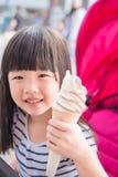 La fille mignonne mangent de la glace photographie stock libre de droits