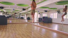 La fille mignonne monte Polonais avec élégance sous le plafond coloré banque de vidéos