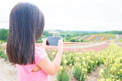 La fille mignonne prennent la photo images libres de droits