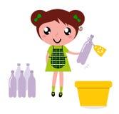 La fille mignonne réutilisent des ordures dans le coffre de réutilisation Photos libres de droits