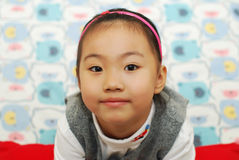 La fille mignonne recherchent avec un sourire. Photographie stock