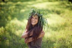 La fille mignonne rit avec joie dehors à la lumière du soleil Photos stock