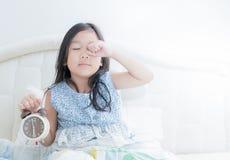 La fille mignonne se réveille pendant le matin photos stock