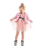 La fille mignonne tenant sa jupe, préparent pour danser Photo libre de droits