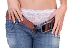 La fille mince prend des jeans photographie stock libre de droits
