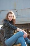 La fille a mis un pied sur une roue Photographie stock