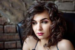 La fille modèle sexy avec Halloween composent photographie stock libre de droits