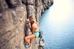La fille monte la roche photographie stock libre de droits