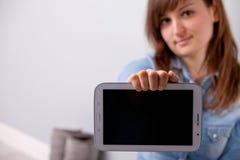 La fille montrant l'ESPACE de COPIE dans elle tablet'screen Image stock