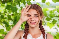 La fille montre l'OK de geste de main images libres de droits