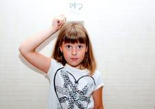 La fille montre la carte avec le signe Photographie stock