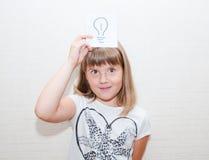 La fille montre la carte de message d'idée Image stock