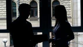 La fille montre le document à un collègue de plat banque de vidéos
