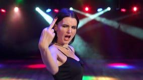 La fille montre le doigt moyen dans la colère à la partie banque de vidéos