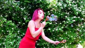 La fille montre une exposition de grandes bulles de savon clips vidéos