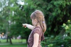 La fille montre une main Images libres de droits