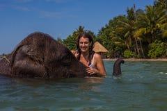 La fille nage avec l'éléphant Photographie stock