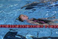 La fille nage dans la piscine photos stock