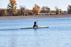 La fille nage dans un kayak de sports photographie stock libre de droits