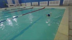 La fille nage dans une piscine de l'eau clips vidéos