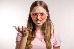 La fille nerveuse fâchée ne croit pas aux nouvelles photos stock
