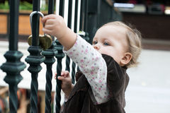 La fille non identifiée sur l'amour ferme à clef le pont à Paris Photos libres de droits