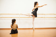La fille observant un vrai danseur effectuent le travail de barre Photographie stock