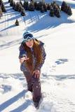 La fille obtient sur la montagne, et la portée Images stock