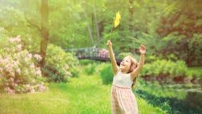 La fille ont l'amusement avec le jouet de soleil Photographie stock