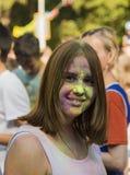 La fille ont l'amusement pendant le festival de couleur Images libres de droits