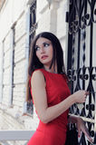 La fille ouvre par une clé une porte Photo stock