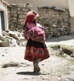 La fille péruvienne s'est habillée dans l'équipement fait main traditionnel coloré Image libre de droits