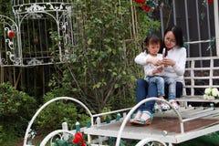 La fille parentale de mère d'activité de famille heureuse de pair jouent et ont l'amusement extérieur dans la fille d'amour de pa Photographie stock