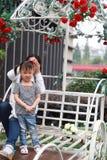La fille parentale de mère d'activité de famille heureuse de pair jouent et ont l'amusement extérieur dans la fille d'amour de pa Images libres de droits
