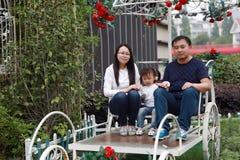 La fille parentale de père de mère d'activité de famille heureuse de pair jouent et ont l'amusement extérieur dans l'amour de par Images stock
