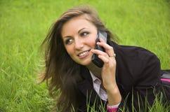 La fille parle par le téléphone images libres de droits