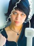 La fille parle par le téléphone Photographie stock libre de droits