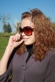 La fille parle par le téléphone l'après-midi Photographie stock libre de droits