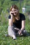 La fille parle par un mobile Photos libres de droits