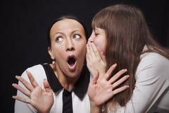 La fille partage un secret avec sa mère Photo libre de droits