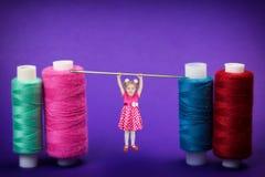 La fille pendant 3 années a accroché ses mains sur une grande aiguille pour la couture Photo libre de droits
