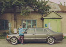 La fille pendant les années 90 est au sujet des voitures Images libres de droits