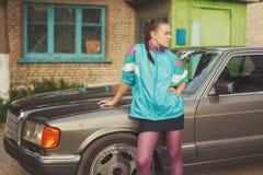 La fille pendant les années 90 est au sujet des voitures Photo stock