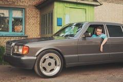 La fille pendant les années 90 est au sujet des voitures Photos libres de droits