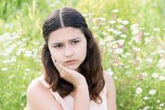 La fille pense aux problèmes dehors Images libres de droits