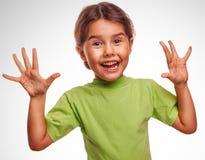 La fille peu a satisfait l'émotion joyeuse de surprise Photographie stock libre de droits