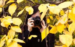 La fille photographie dehors, image stock